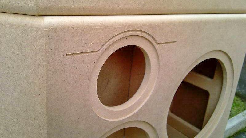 Das Holz-Gehäuse eines Selbstbau-Lautsprechers. Die Öffnungen für die Chassis wurden mit der Oberfräse bearbeitet.